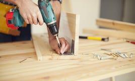 木匠在工作 免版税库存图片