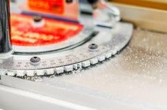 木匠在木制品设备的` s测向计 库存图片