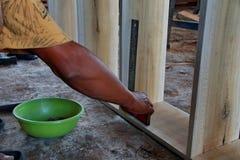 木匠在木工机械工作在木匠业商店 图库摄影