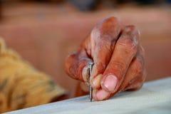 木匠在木工机械工作在木匠业商店 免版税库存图片