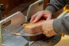 木匠在木材加工人工作收集家具箱子 免版税库存照片