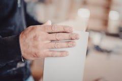 木匠在木材加工工作机械工具 工作在木材加工机器的木匠在木匠业商店 库存照片