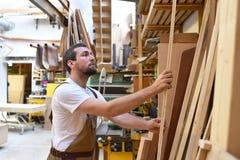 木匠在细木工技术-木材加工和sawi的车间里工作 库存图片