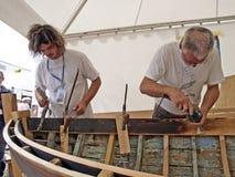 木匠在老木小船恢复工作 免版税库存照片