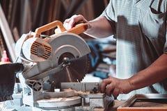 木匠处理在一把圆锯的宿营 免版税库存照片