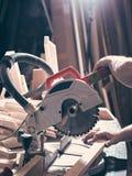 木匠处理在一把圆锯的宿营 免版税库存图片