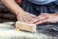 木匠处理木与一台铣床 免版税库存图片