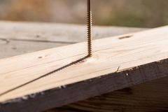 木匠定象与一个长的螺丝的杉木板 库存图片