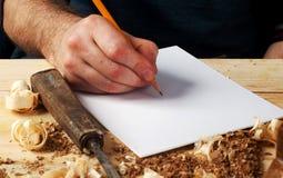 木匠工作、锤子、米和螺丝刀在建筑背景 图库摄影