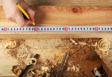 木匠工作、锤子、米和螺丝刀在建筑背景 库存图片