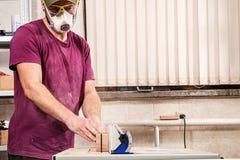 木匠工作在车间 图库摄影
