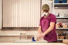 木匠工作在车间 免版税图库摄影