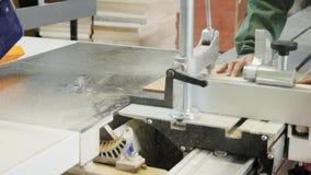 木匠工作者运行的木切割机 股票视频
