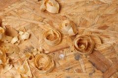 木匠工作 在粒状杉木射击的锯木屑 免版税库存图片