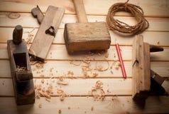 木匠工具在松木桌里 免版税库存照片