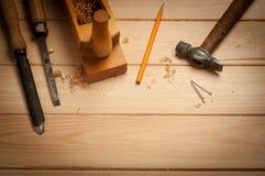 木匠工具在松木桌里 免版税图库摄影