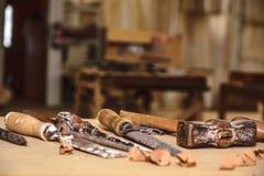 木匠工具 凿子或蛾眉凿木头的在工作在工作凳的木匠 木匠业车间 免版税库存图片