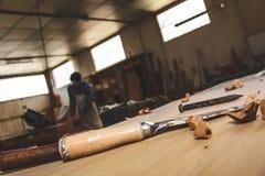 木匠工具 凿子或蛾眉凿木头的在工作在工作凳的木匠 木匠业车间 免版税图库摄影