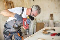 木匠恢复老门 图库摄影