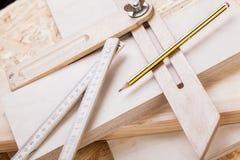 木匠成水平,统治者和直角 免版税库存图片
