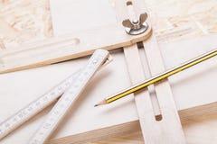 木匠成水平,统治者和直角 免版税库存照片