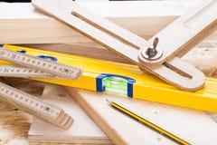 木匠成水平,统治者和直角 免版税图库摄影