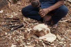 木匠有宽松削片的木凿工具在被风化的老 免版税库存照片