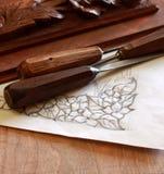 木匠有雕刻和画的木凿工具 免版税库存照片