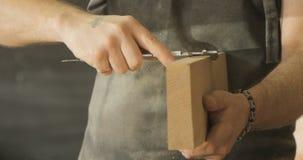 木匠检查木板的质量 影视素材