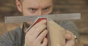 木匠检查木板的质量 股票视频