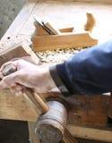 木匠的手carpentrywith的飞机 免版税库存照片