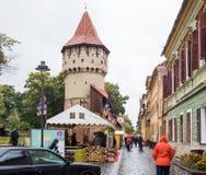 木匠的著名塔- Turnul Dulgherilor -在Cetatii街道上在一个雨天 锡比乌市在罗马尼亚 免版税库存照片