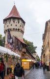 木匠的著名塔- Turnul Dulgherilor -在Cetatii街道上在一个雨天 锡比乌市在罗马尼亚 图库摄影