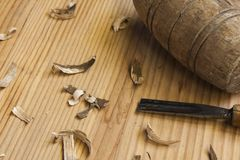 木匠表用工具加工木头 免版税库存照片