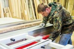 木匠设置有一把圆锯的木材加工机器 免版税图库摄影