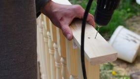 木匠钻孔的手与钻子的在楼梯栏杆 股票录像