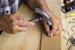 木匠锤击钉子入 免版税图库摄影