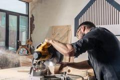 木匠锯一把现代圆锯 库存照片