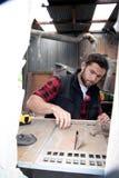木匠,测量,操练和做木材产品的木工作者工作 免版税库存图片