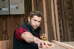木匠,测量,操练和做木材产品的木工作者工作 库存照片