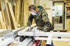 木匠` s商店 在有一把圆锯的木材加工机器工作 图库摄影