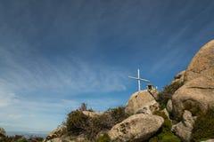 木十字架和纪念品在岩石在可西嘉岛 免版税库存图片