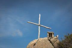 木十字架和纪念品在岩石在可西嘉岛 免版税库存照片
