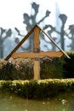 木十字架在公墓 免版税库存照片