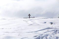 木十字架在冬天 免版税库存照片