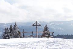 木十字架在冬天 库存照片