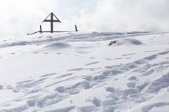 木十字架在冬天 免版税库存图片