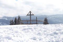 木十字架在冬天 免版税图库摄影