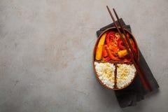木午餐boxe用准备好健康的食物为工作或学校去,膳食准备或者前面节食的概念 在老 库存图片