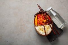 木午餐boxe用准备好健康的食物为工作或学校去,膳食准备或者前面节食的概念 在老 免版税图库摄影